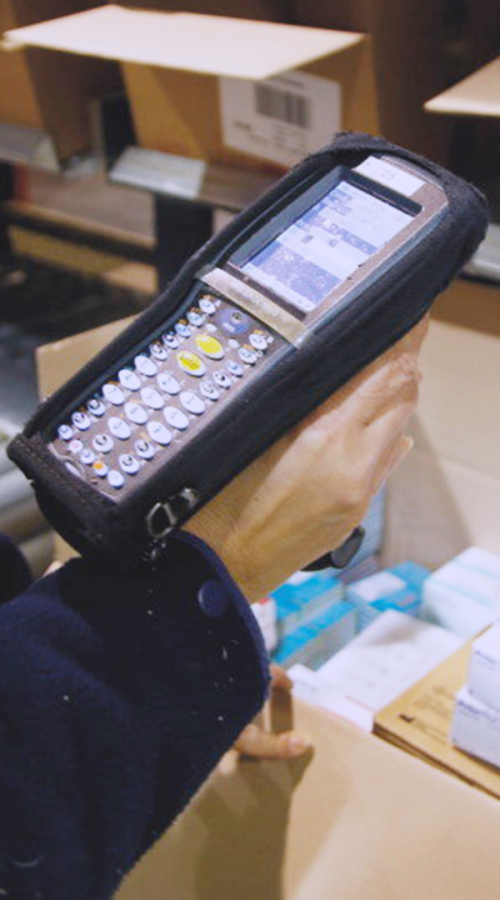 a barcode reader makes the inventory of a carton