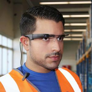 Connected glasses on a GEODIS employee